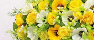 Чтобы оформить созданный букет использовать можно любой сопутствующий материал, который продается в флористических отделах.